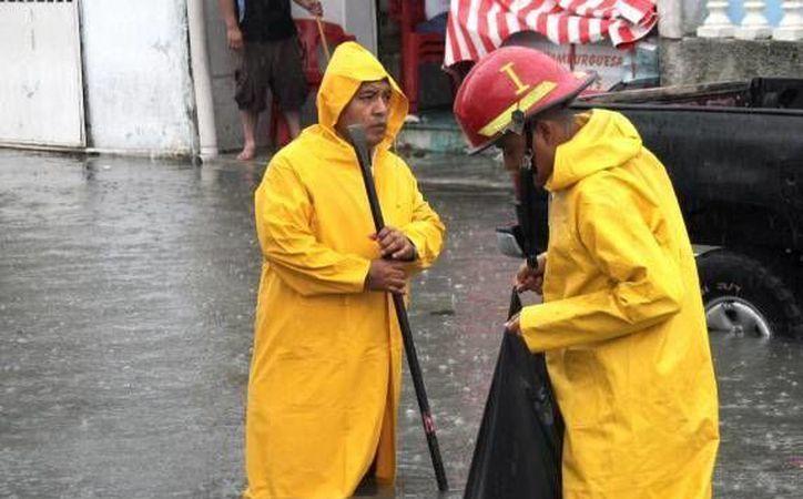 Bomberos y elementos de la dirección de Servicios Públicos se encuentran trabajando en las zonas afectadas. (Redacción/SIPSE)