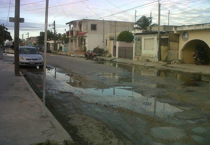 Se observa gran cantidad de baches en las calles. (Manuel Pool/SIPSE)
