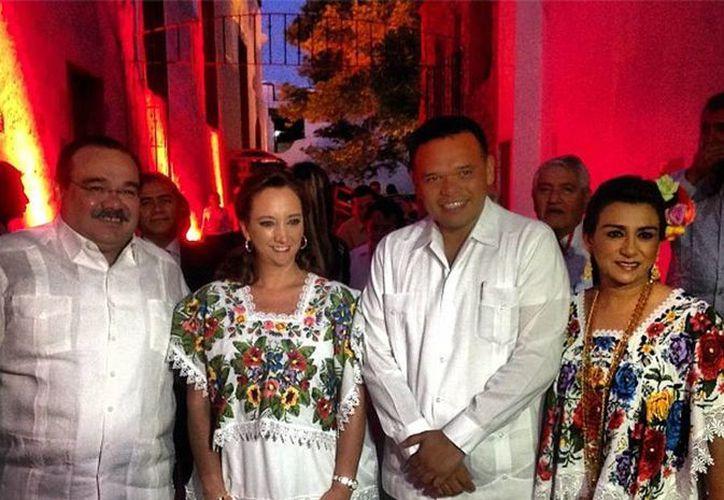 Jorge Carlos Ramirez Marín, Claudia Ruiz Massieu, Rolando Zapata Bello y Sara Blancartes Canto durante la cena de gala que dio inicio a la Semana de Yucatán en México. (instagram.com)