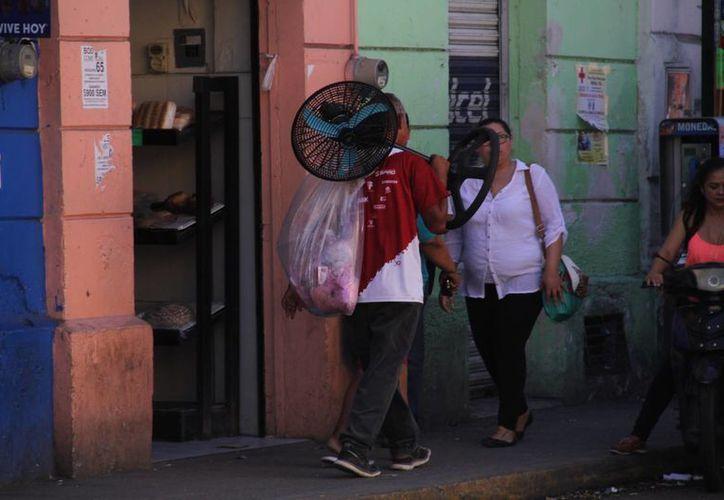 El calor de ayer obligó a meridanos a buscar la manera de refrescarse. (Jorge Acosta/SIPSE)