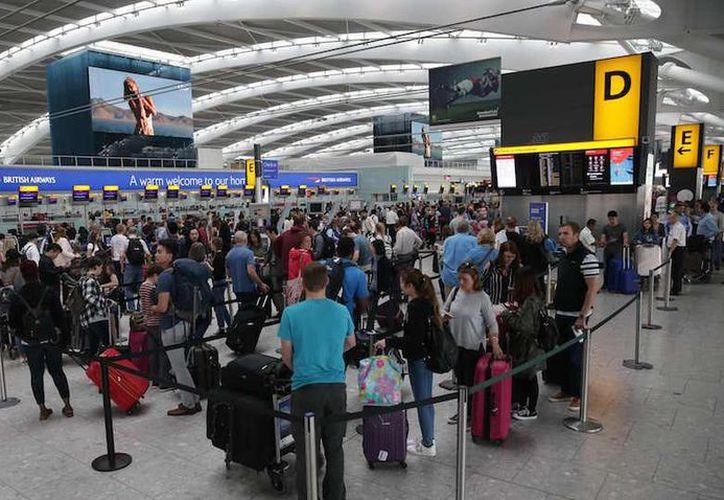 Los pasajeros, algunos de los cuales pasaron la noche en el aeropuerto, enfrentaban esperas frustrantes para saber si podrían volar y cuándo sería. (El Nuevo Diario)