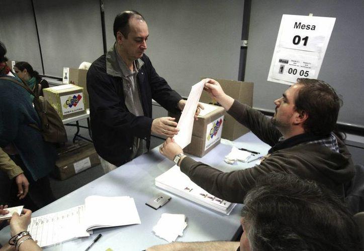 Venezolanos votan en las elecciones del pasado 14 de Abril. (EFE)