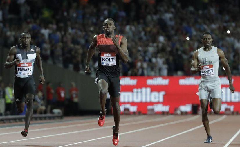 El velocista jamaiquino Usain Bolt intentará conseguir en Río 2016 otras tres medallas de oro. En la foto, a punto de ganar (c) la prueba de los 200 metros planos en la Liga Diamante en Londres, hace unos días. (AP)