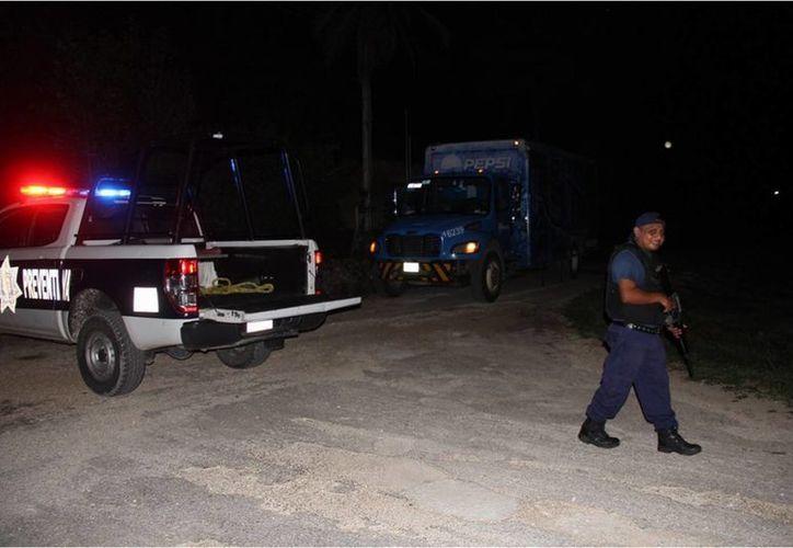 Un grupo de policías municipales fuertemente armados se trasladó hasta el lugar y realizaron un operativo de búsqueda. (Benjamin Pat/SIPSE)