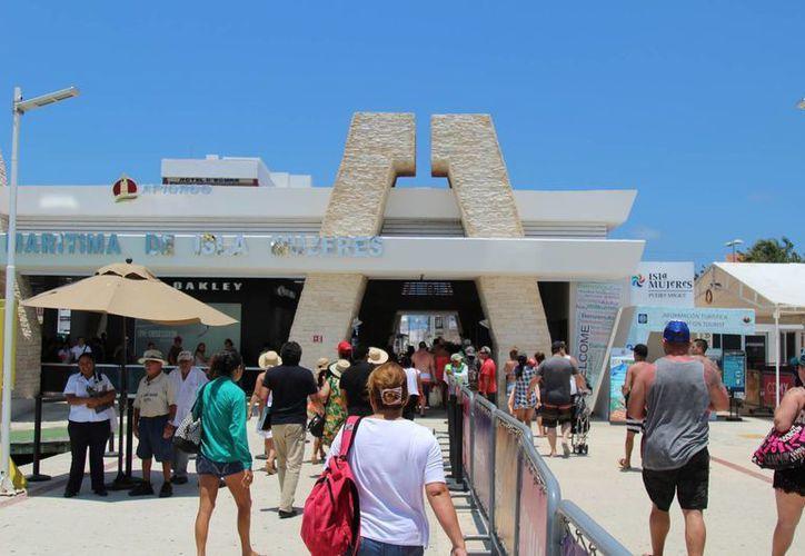 Alrededor de 30 mil personas cruzan al día a la isla. (Israel Leal/SIPSE)