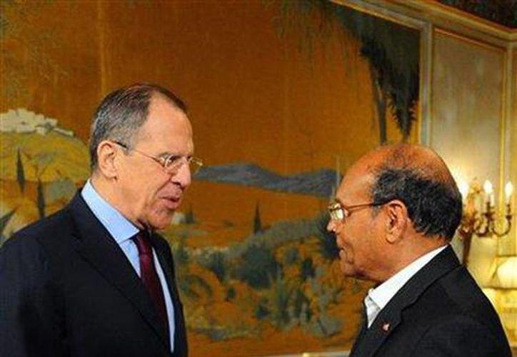 El presidente tunecino Moncef Marzouki, derecha, saluda al ministro ruso de Relaciones Exteriores Sergey Lavrov en el palacio presidencial de Cartago, cerca de Túnez. (Agencias)