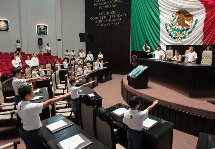 Los 25 integrantes del Parlamento Infantil 2015, Diputado por un Día, rindieron protesta de ley. (Redacción/SIPSE)