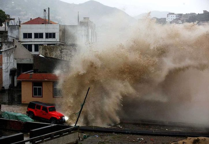El tifón Chan-Hom azotó la zona de Okinawa, tras su paso hacia China, dejando al menos 23 personas heridas, se espera que en las próximas horas impacte otras poblaciones del país asiatico. (AP)