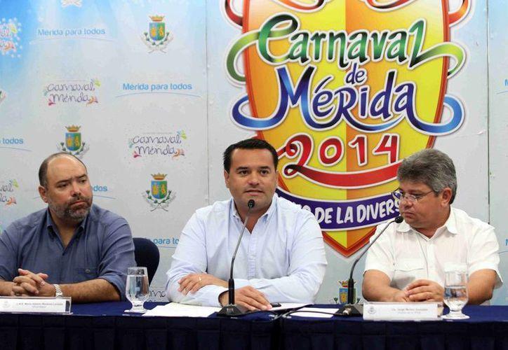 El alcalde de Mérida, Renán Barrera Concha (centro), encabezó la conferencia de prensa para presentar el balance del Carnaval Mérida 2014. (Cortesía)