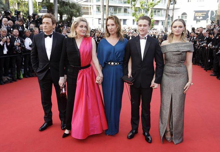 Desde la derecha: los actores Sara Forestier, Rod Paradot, la directora Emmanuelle Bercot, y los actores Catherine Deneuve y Benoit Magimel posan para los fotógrafos en la inauguración del Festival de Cannes. (Foto: AP)