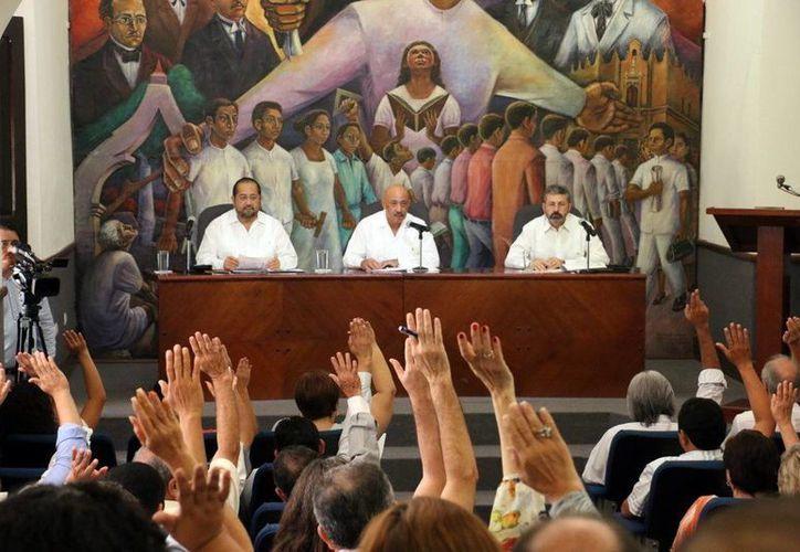 El rector José de Jesús Williams durante la sesión del Consejo. (Milenio Novedades)