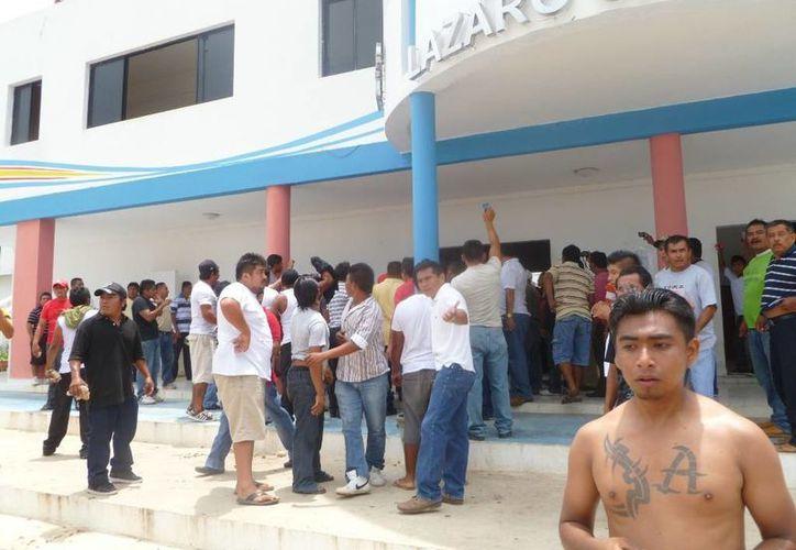 Frenan conato de bronca frente a Palacio Municipal. (Raúl Balam/SIPSE)