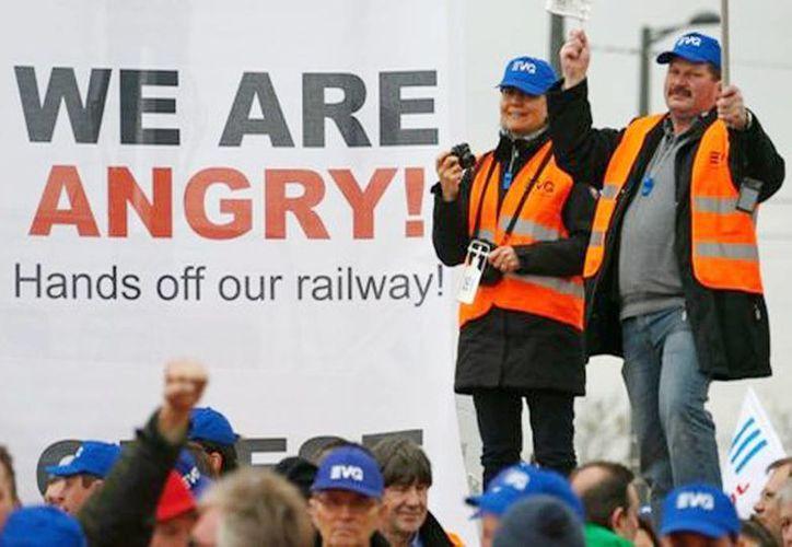 Protestan ferrocarrileros frente al Parlamento Europeo en Estrasburgo, Francia. (Reuters)