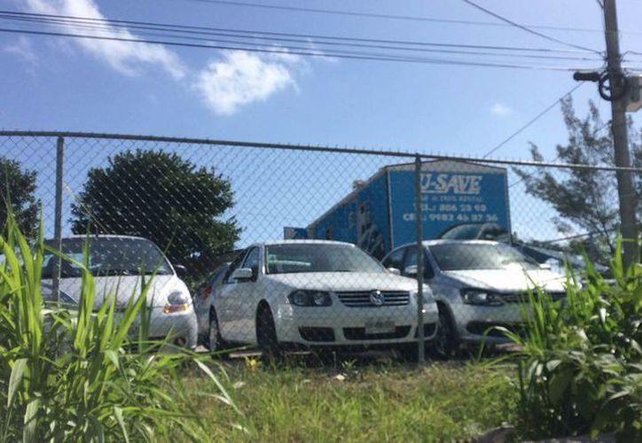 Los delincuentes pidieron con pistola en mano, a la dueña del lugar, la llave de tres autos. (Fotos: Redacción)