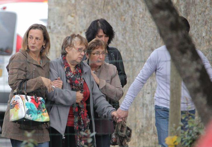 La gente se conforta entre si en el lugar del accidente que dejó decenas de muertos en Francia. (Agencias)