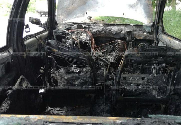 Un vehículo que circulaba en el periférico de Mérida se incendió, en el kilómetro 14. (Aldo Pallota/SIPSE)