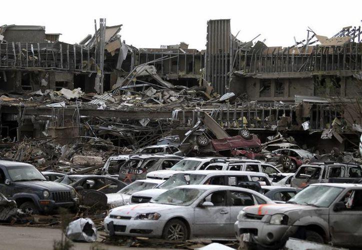 Vista del estacionamiento de Moore Medical Center, un día después de que se produjese un gigantesco tornado de categoría EF4. (EFE)