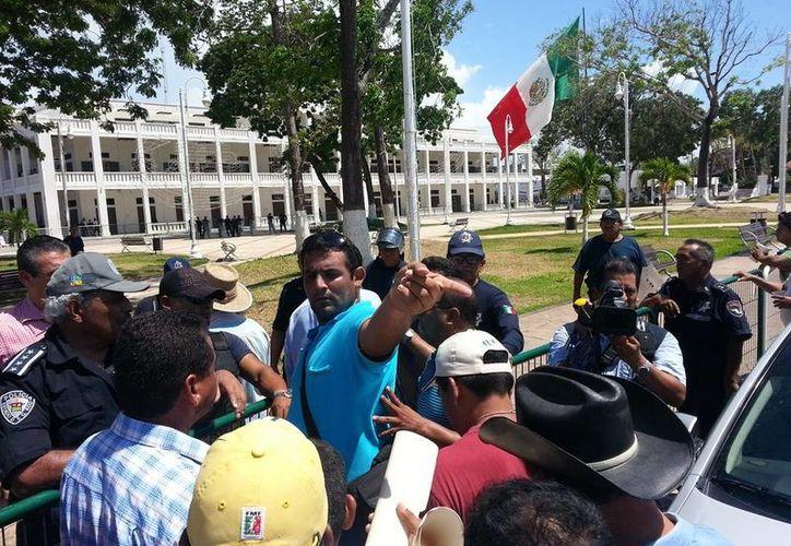 Carlos Bibiano Villa Castillo recibió a los manifestantes a las afueras del Palacio de Gobierno. (Edgardo Rodríguez/SIPSE)