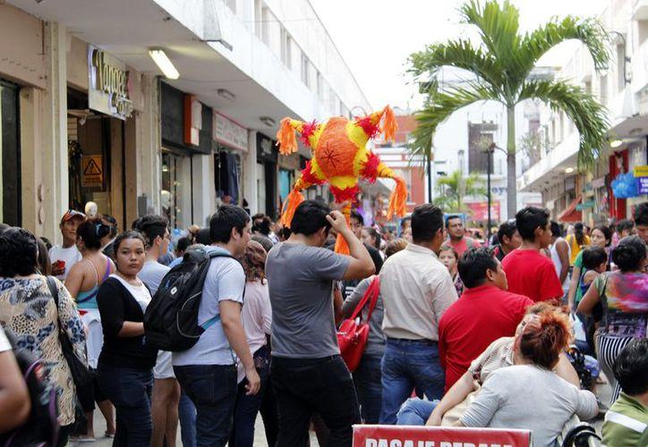 La zona comercial de Mérida  se vio repleta de compradores durante este fin de semana. (Foto: Milenio Novedades)