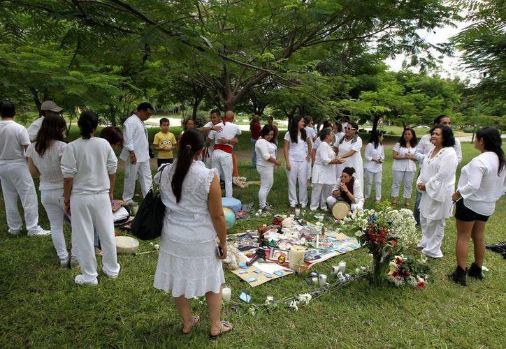 Un grupo de personas realiza un ritual en memoria de los turistas mexicanos víctimas de un ataque en Egipto. (EFE)