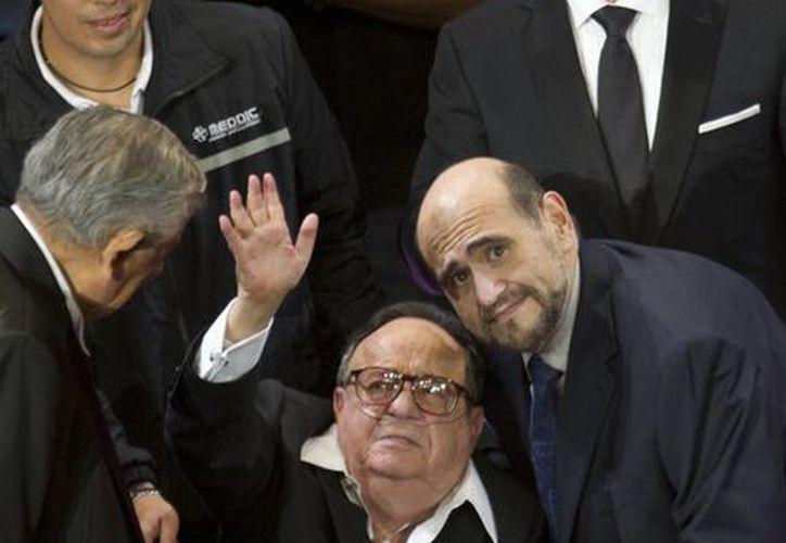 Édgar Vivar junto a Gómez Bolaños en el homenaje que recibió en 2012. (Foto: AP)