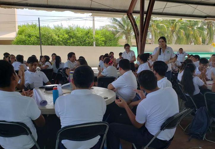 El foro se realizó en el domo del Colegio de Bachilleres de la isla. (Cortesía)