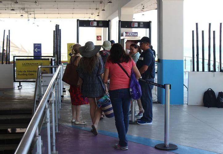 Los turistas que cruzaron hacia Cozumel se mostraron cooperativos en el programa. (Adrián Barreto/SIPSE)