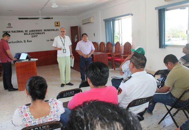 Directores y jefes de áreas presenciaron la entrega del material. (Gloria Poot/SIPSE)