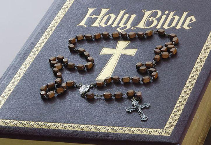 Los sujetos utilizaron una Biblia impregnada con escopolamina, una sustancia que anula la voluntad de las personas. (RT)
