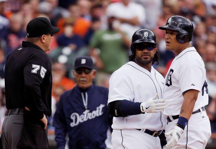 El toletero Miguel Cabrera (d) discute con el umpire Chad Fairchild, durante el partido entre Tigres de Detroit y Fillis de Filadelfia. (Agencias)