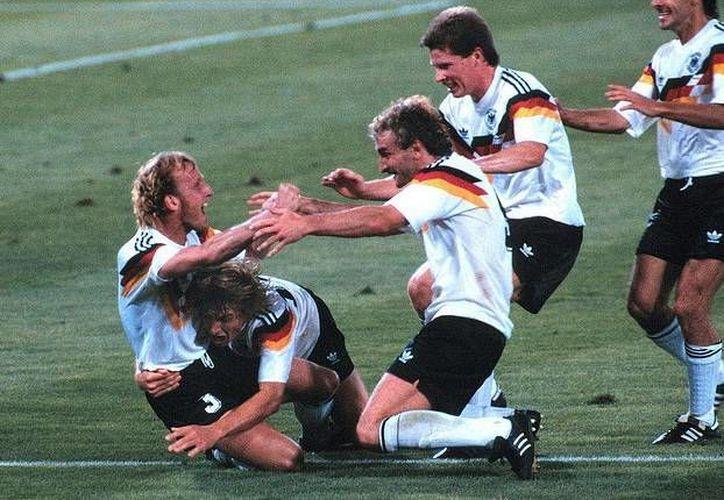 El alemán Andreas Brehme (izquierda) recibe las felicitaciones de sus compañeros poco después de anotar contra Argentina en la final del Mundial de Italia en 1990. (flick.com)