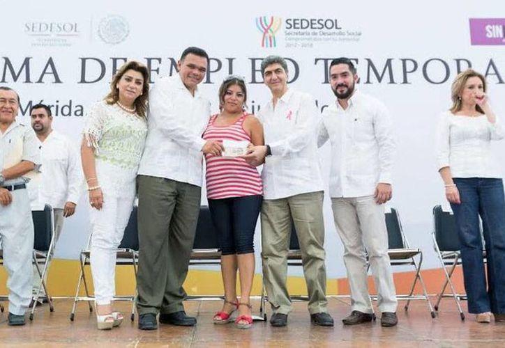Sedesol entregó apoyos para jefas de familia, en Yucatán. (Cortesía)
