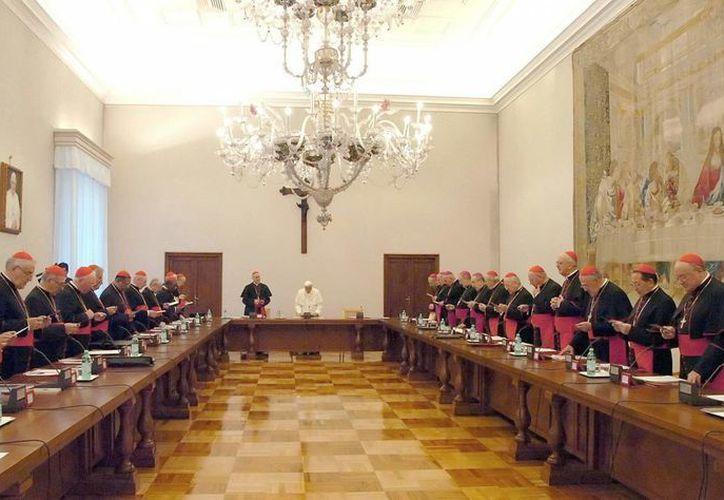 Cardenales podrían ser excomulgados si utilizan redes sociales dentro del conclave. (EFE)