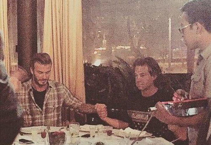 El exfutbolista David Beckham al momento de recibir unos toques eléctricos en un restaurante de la Ciudad de México. (Fotos tomadas de laurag.tv)