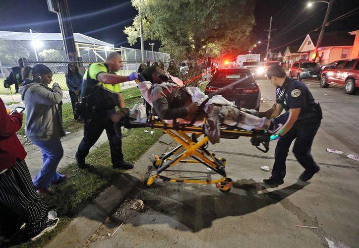 El tiroteo en un parque infantil en Nueva Orleans dejó 16 heridos. Los paramédicos trasladan a una de las personas heridas al hospital. (Agencias)