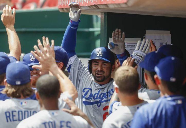 El mexicano Adrián González fue clave en la victoria de Dodgers sobre Rojos en las Grandes Ligas. (AP)