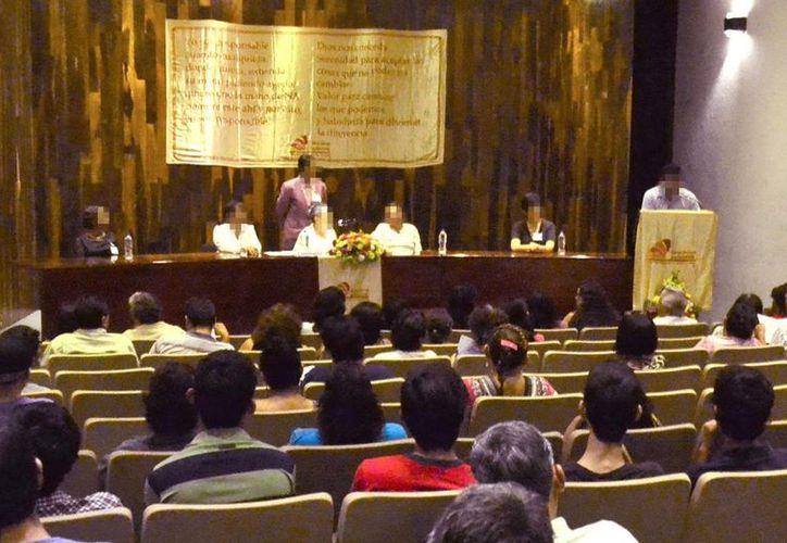 Ayer se ofreció una junta de información pública de Neuróticos Anónimos, en el Auditorio Manuel Cepeda Peraza de la Uady. (Milenio Novedades)