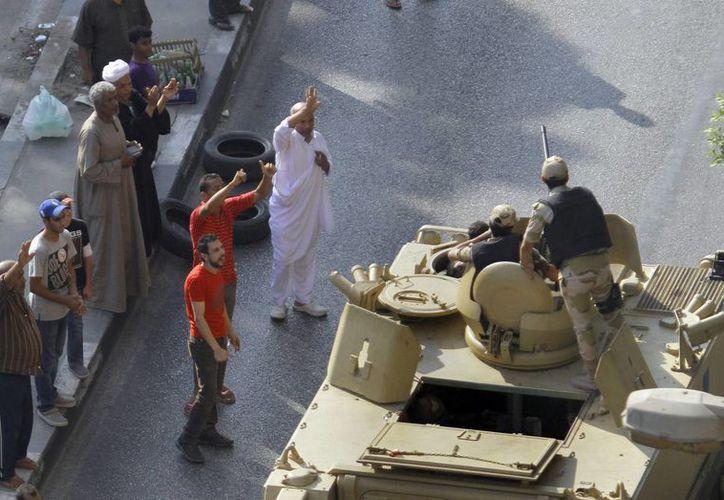 En El Cairo los tanques del ejército blindaron los principales accesos a la ciudad. (Agencias)