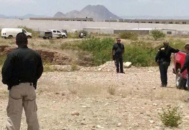 El cuerpo de Christopher fue encontrado con al menos 27 puñaladas en Chihuahua. Imagen del lugar de los hechos donde los agentes procedían a levantar el cadáver. (Juan José García Amaro)