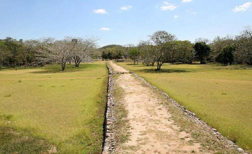 Investigadores del INAH avanzaron durante meses por el sacbé construido hace más de mil años para hacer un registro. (voyagevirtuel.net/Foto de archivo)
