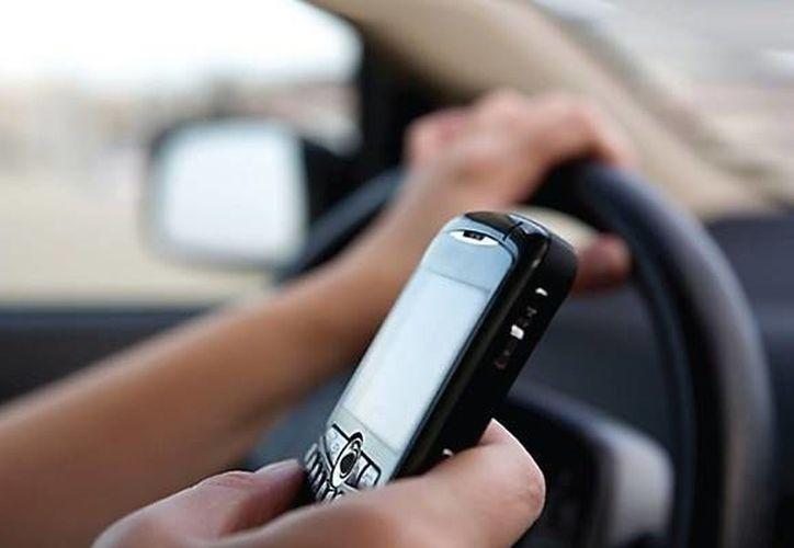 Ocho de cada 10 mexicanos encuestados por la empresa  AT&T declararon que 'distraerse mientras maneja es muy peligroso', sin embargo, continúan haciéndolo. (SIPSE)