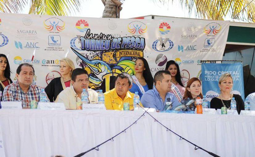 Conferencia del comité organizador del torneo de pesca. (Raúl Caballero/SIPSE)