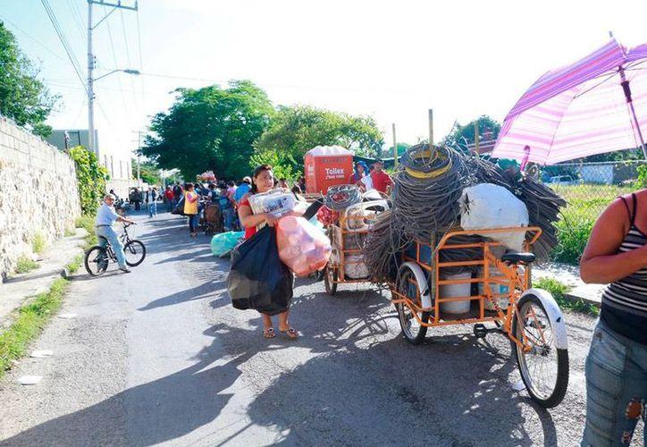 Desde temprana hora se forman largas filas de ciudadanos que cargan kilos de cacharros, a fin de cambiarlos por bonos del Gobierno, dentro del programa Recicla por tu Bienestar. (Cortesía)