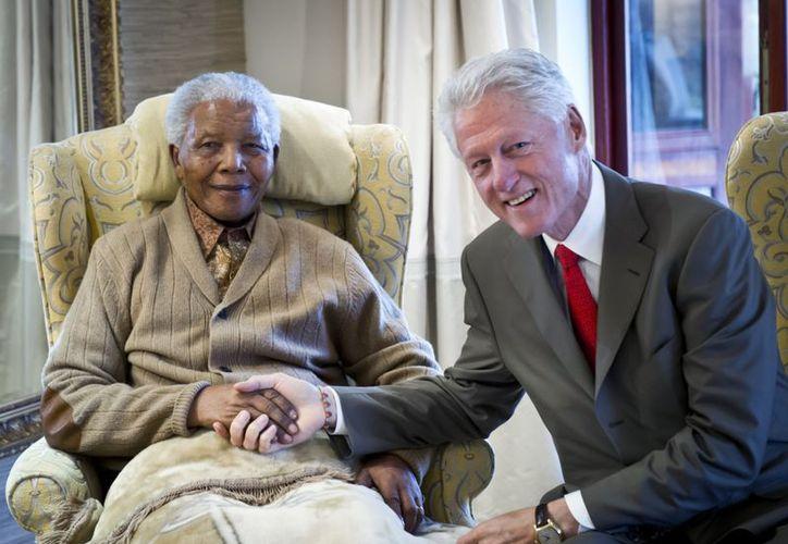 Mandela con el ex presidente estadunidense Bill Clinton. (Agencias)