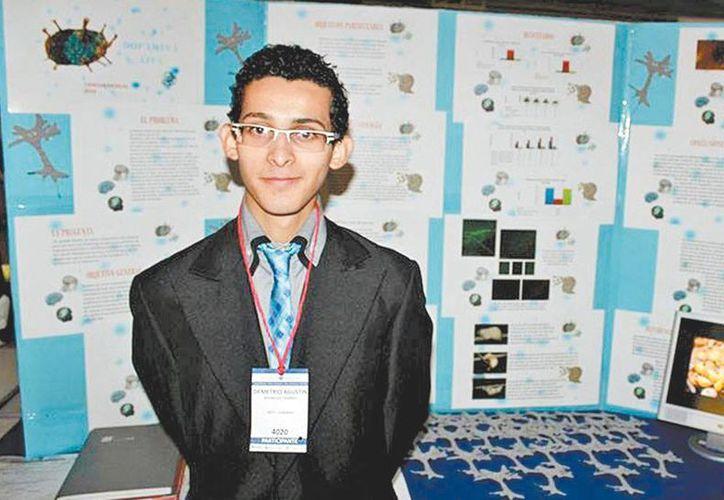 Demetrio Rodríguez Fajardo, joven mexicano de 17 años, usa veneno de alacrán contra cáncer de Mama. (Milenio)