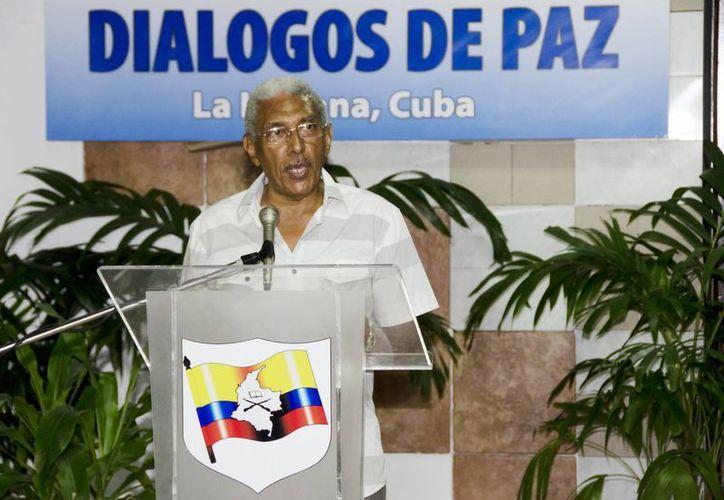 El integrante de la comisión negociadora de las FARC, Joaquín Gómez, lee un comunicado de prensa antes de un nuevo ciclo de conversaciones de paz con el Gobierno colombiano, este 23 de julio, en el Palacio de Convenciones de La Habana, Cuba. (EFE)