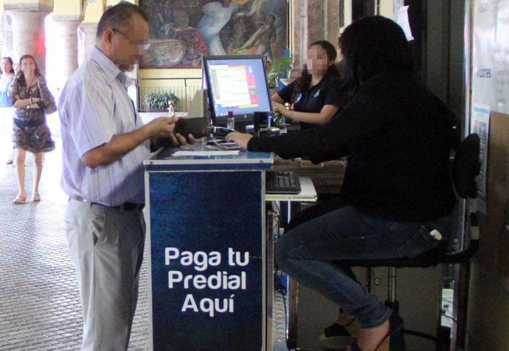 Los ciudadanos respondieron  a la campaña de regularización de adeudos atrasados en el pago del impuesto predial. (Milenio Novedades)