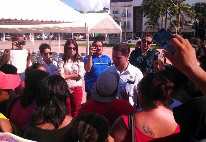 Juan Carlos Pereyra Escudero, secretario del ayuntamiento, recibió a los invasores a las afueras del Palacio Municipal. (Redacción/SIPSE)
