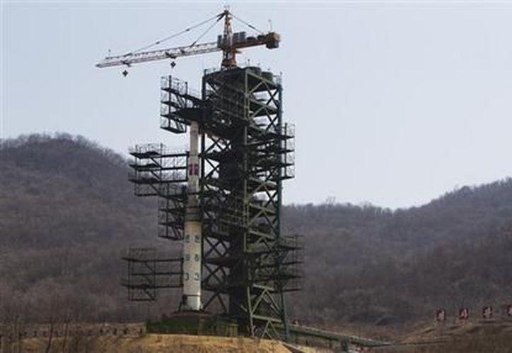 Foto del 8 de abril del 2012 del misil norcoreano Unha-3 en la Estación de Satélites Sohae en Tongchang. (Archivo AP)