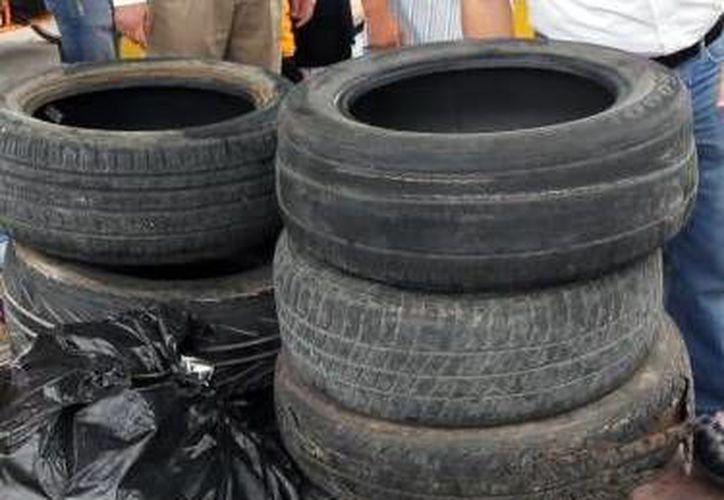 Estudiantes promueven el reciclaje lo aprovechan como materia prima para crear sandalias 'originales'. (Milenio Novedades)